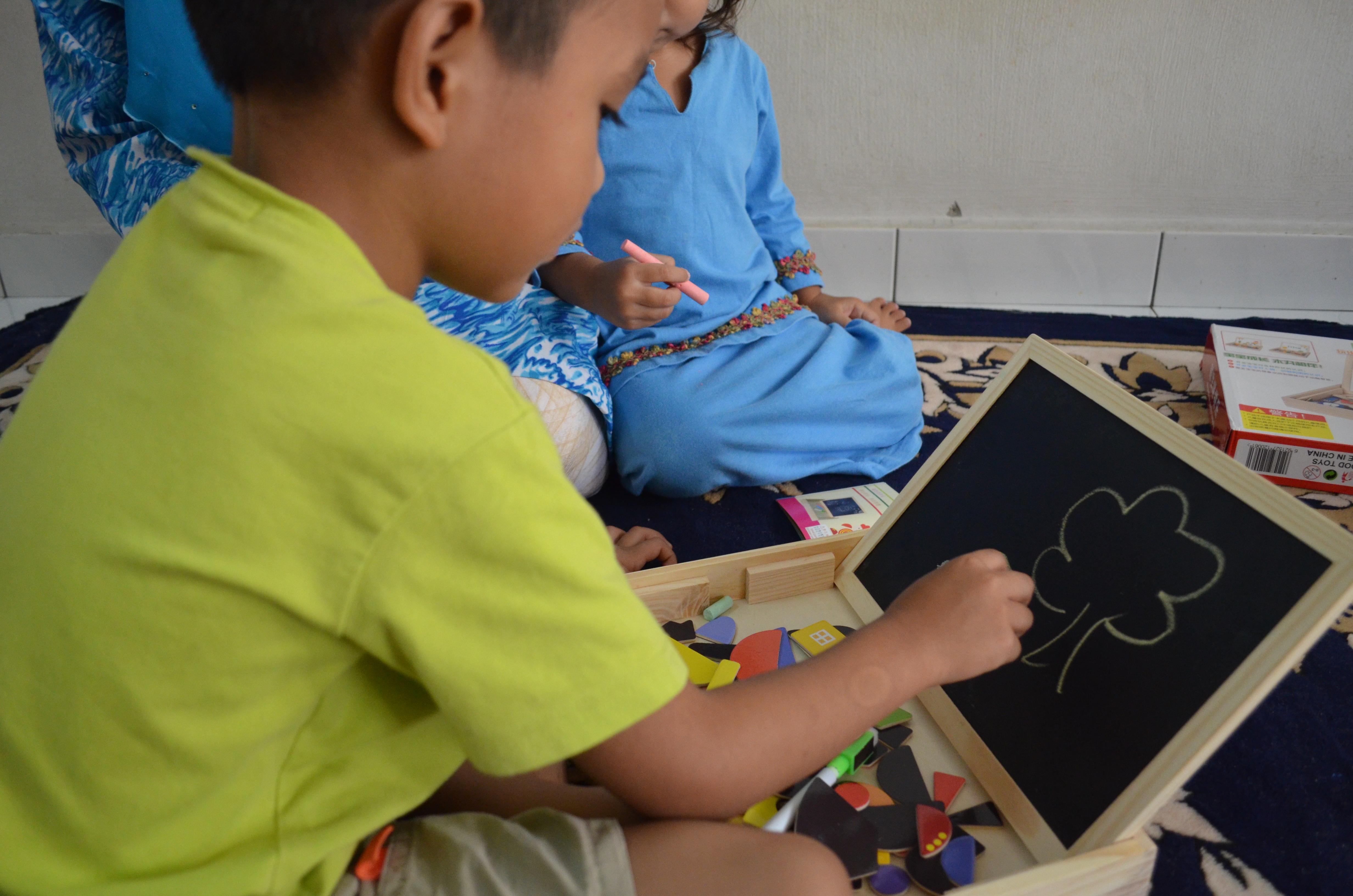 Anak berkongsi bermain