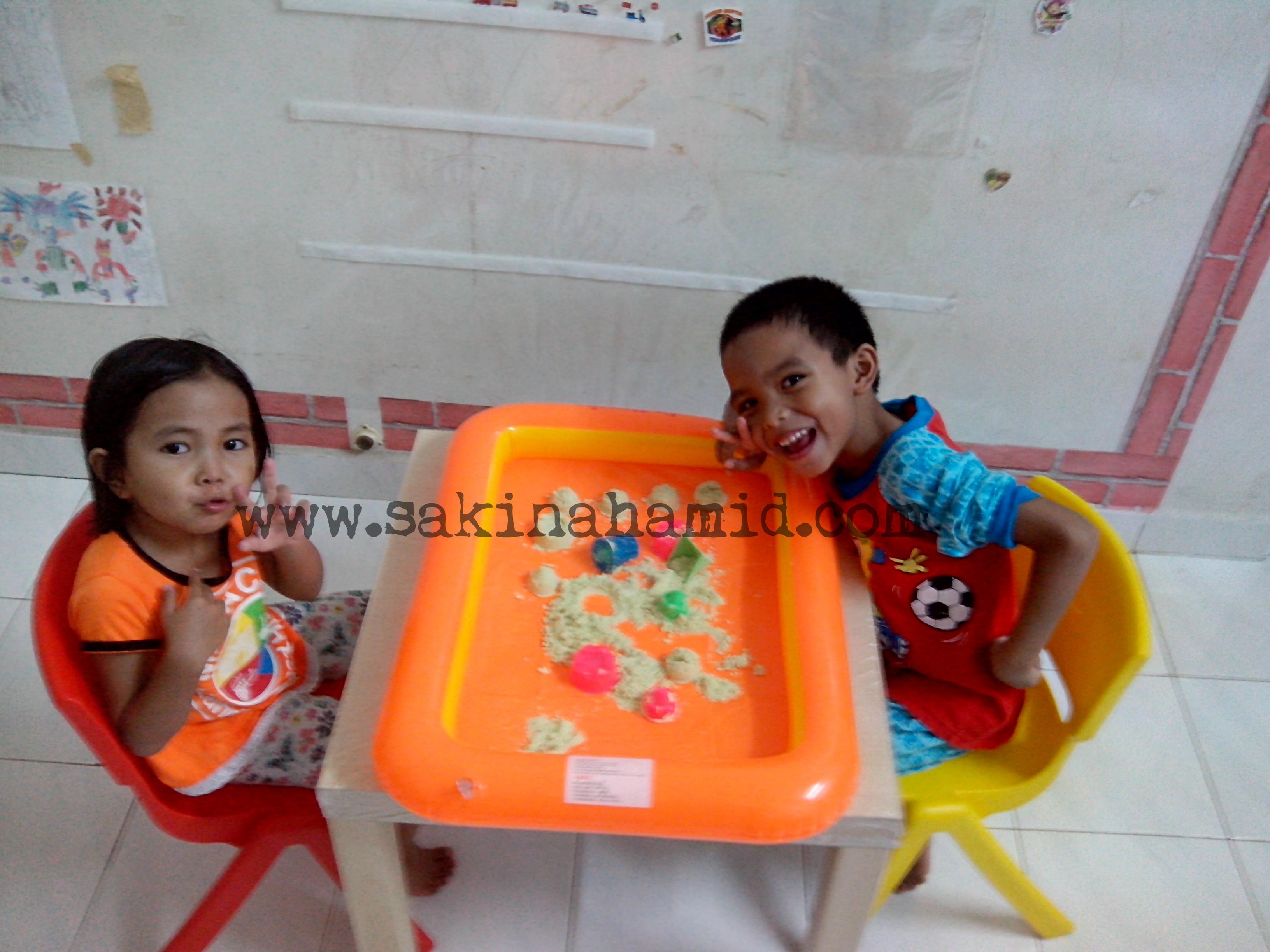 Seronok Fateh dan Faqihah main kinetic sand bersama