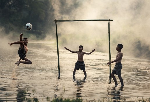Kanak-kanak bermain bola